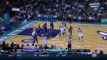 Une fan distraite se prend un ballon de basket en pleine face!! Aie ca doit faire mal...