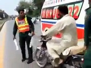 Angry Molvi Fight On Road - Video Dailymotion