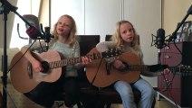 Ces 2 jeunes filles sont les stars de demain ! Elles reprennent I'm yours de Jason Mraz ! Splendide !