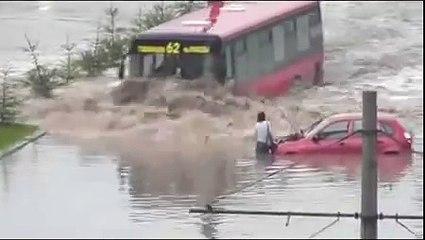 Bus Drives Through Flooded Street - Cool !