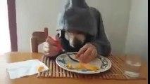 İnsan eliyle yemek yiyen ilginç köpek