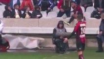 FOOT - Poussé, Jordan Amavi finit dans les tribunes et manque de peu de tomber dans la fosse de Gerland