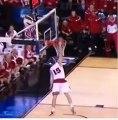 Un dunk qui entre 2 fois dans le panier