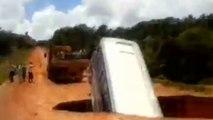 VIDEO - Un bus disparaît dans un trou au Brésil et est emporté par la rivière