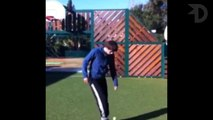 Enzo Zidane jongle avec une balle de tennis