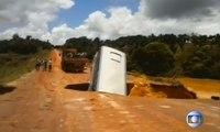 Un bus englouti par un trou au Brésil