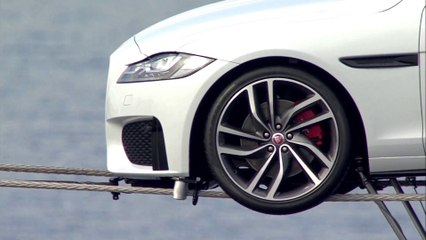 La nouvelle Jaguar XF joue les équilibristes