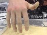 Plonger sa main dans l'eau et la sortir complètement sèche : expérience énorme!