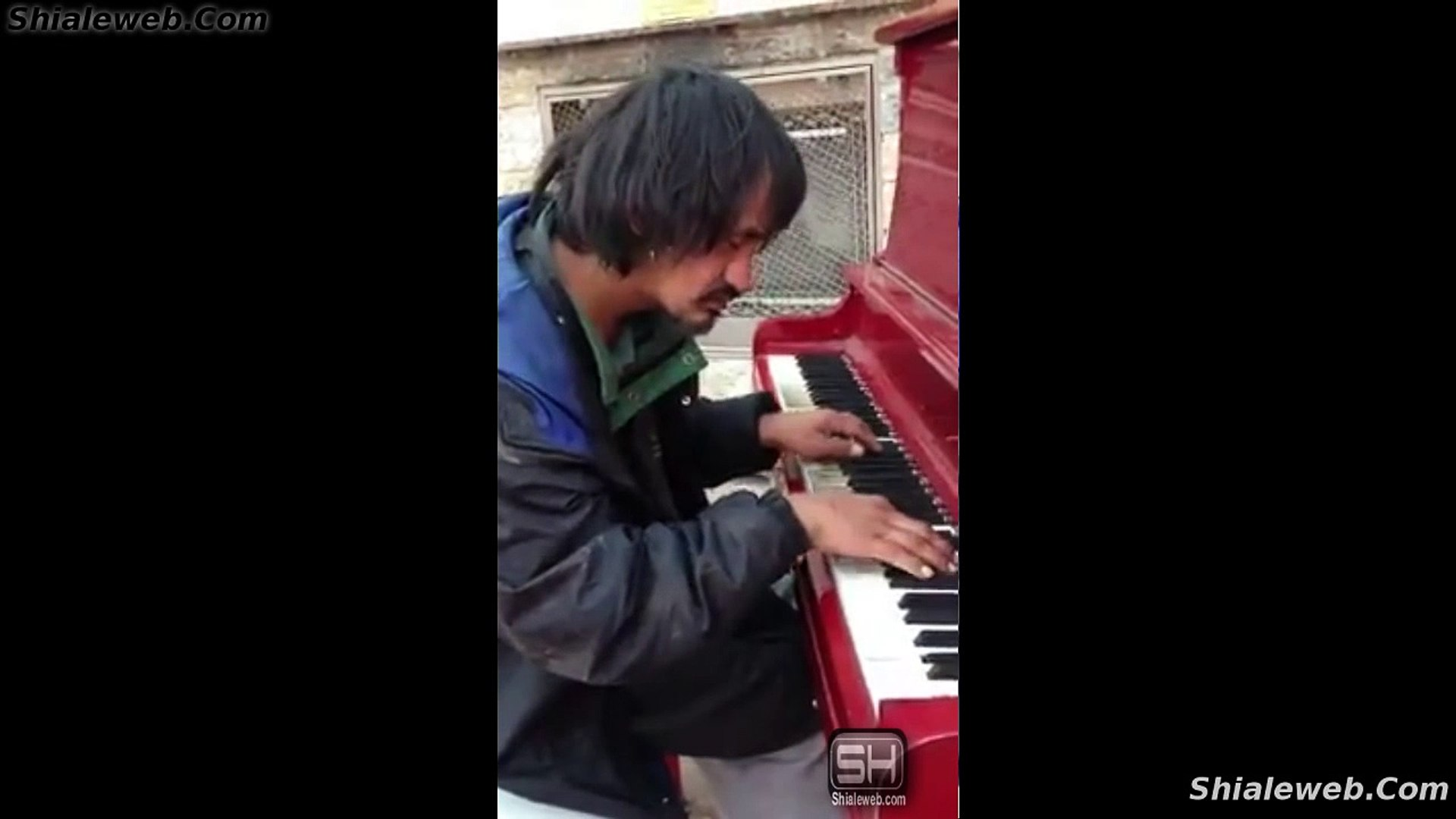 SORPRENDENTE VAGABUNDO HOMELESS ARTISTA USA UN PIANO PARA INTERPRETAR UNA CANCION CON HERMOSA MELODI