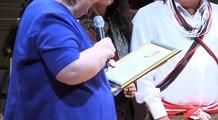 Almir Narayamoga Surui reçoit le prix des droits de lHomme.