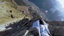 Faire un check à son pote resté au sol pendant un vol en Wingsuit : tricks de malade!