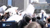 Bataille de polochons et d'oreillers dans les rues de Toronto