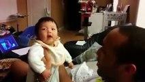 Le fou rire de ce papa avec son bébé