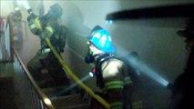 Feu de maison vu de l'intérieur avec la caméra de casque d'un pompier : cauchemar de l'intérieur!