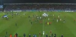 Envahissement du terrain avant la fin du match, les supporters retournent en tribune