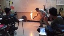 Un prof de chimie met le feu à sa salle de classe