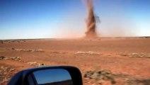 Ils sont tombés sur une tornade en plein désert et leur voiture est projetée en l'air avant de s'écraser au sol !