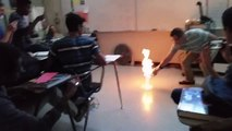 Sol en feu lors d'une expérience de chimie