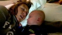 Il place bébé à côté de sa femme qui dort mais il ne s'attendait pas à ce que son petit bout fasse ceci...