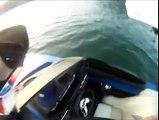 Quel Fou ! Il fait du surf derrière son bateau alors qu'il est tout seul !