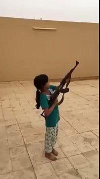 Un père laisse sa fille de 9 ans tirer à l'AK-47 (Arabie Saoudite)