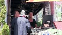 Il revient dans le même restaurant où il s'est fait passer pour un sans-abris