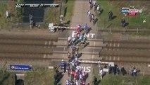 La barrière d'un passage à niveau se referme sur les coureurs lors de Paris - Roubaix