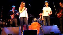 2015 04 12 - Somebody i used to know (cover) de Goybe par Laura et Lola - gala ICEM - chapeau rouge - Carcassonne