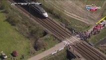 Paris-Roubaix : Un TGV coupe le peloton en deux, certains coureurs forcent le passage