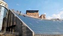 Deux ados ukrainiens chutent violemment d'un toit