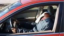 Un corps sans tete conduit une voiture et fait peur aux agents de take away.