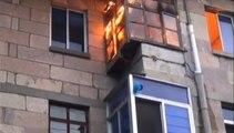 Chine : un pompier évacue une bouteille de gaz en flamme à la main