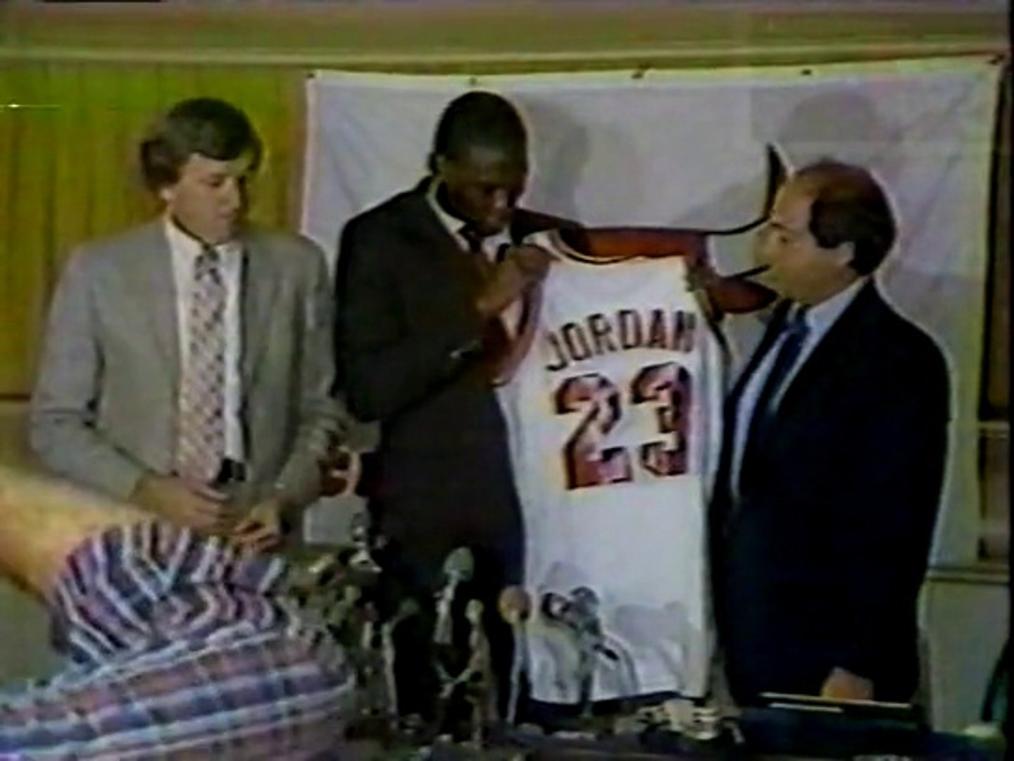 1993 MICHAEL JORDAN TRIBUTE SEGMENT FOLLOWING 1ST RETIREMENT ON 10-6-1993 RARE FOOTAGE