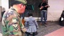 Niña artista espontánea con los músicos callejeros