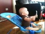 Marcus le bébé nous montre comment avoir des abdos en béton