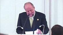 El rey Juan Carlos bromea con su operación de cadera en un discurso