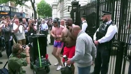 Ils dansent presque nus devant la résidence du Premier ministre britannique