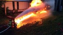 Duel entre un lance-flammes et une lance dincendie