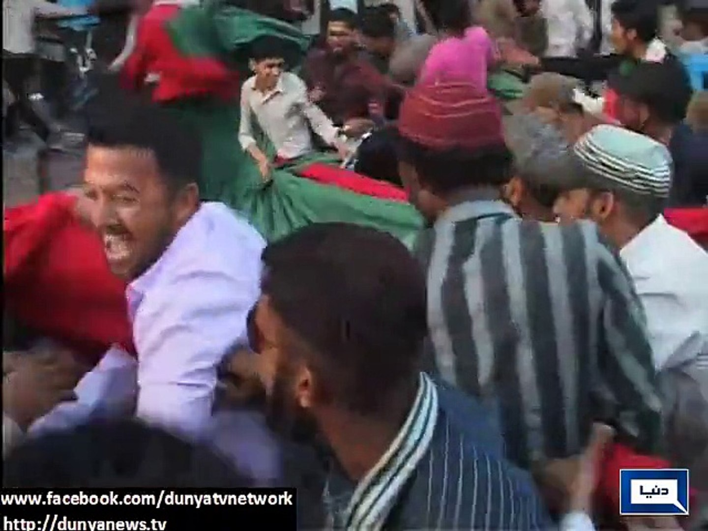 Dunya News - PTI s Karimabad camp attacked, large number of MQM workers gather at PTI camp