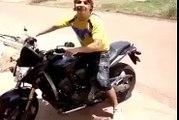 Ce Motard qui faisait TROP le malin va finir sa course sous sa moto ...