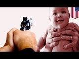 Pour éviter des tirs, Il utilise comme bouclier humain, un bébé.