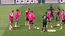 Cristiano Ronaldo charie Odegaard à l'entraînement par quelques feintes!