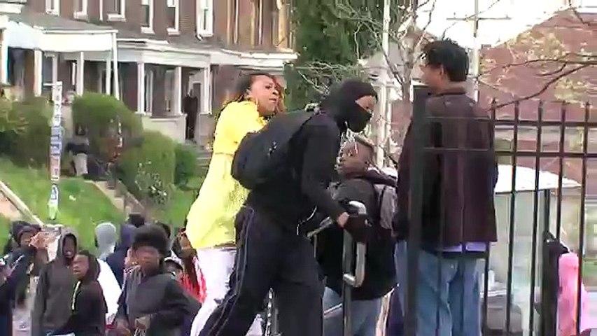Baltimore : une mère corrige sévèrement son fils repéré dans les émeutes