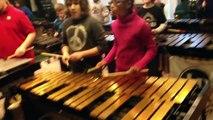 Des enfants jouent Crazy Train aux percussions
