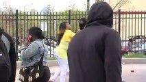 Une mère choppe son fils pendant les émeutes de Baltimore et lui met une belle correction!