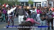 Etats-Unis: fanfares et danseurs dans les rues de Baltimore