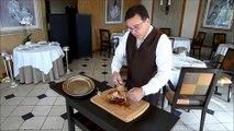 """Démonstration de découpe de poularde de Bresse au restaurant """"La Côte Saint-Jacques"""" à Joigny, dans l'Yonne"""