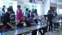 Estudiante bate récord al armar cubo de Rubik en 5,2 segundos