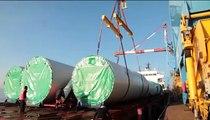Transport des pales des éoliennes du futur parc des Landes de Couesmé