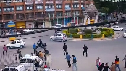 Security camera video shows monument toppled as Nepal quake strikes –